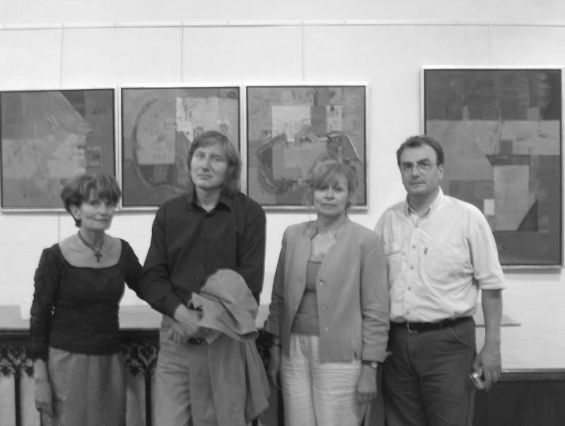 Rhone-Roumanie: Le peintre Dumitru Mosor entouré de quelques-uns des organisateurs de l'exposition : Christine Ferré, Françoise Longre, Nicolas Comsa