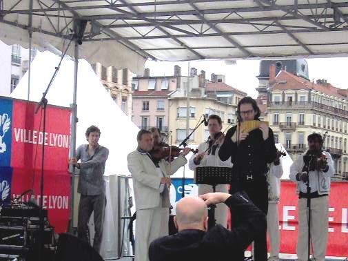 Sur le podium : Nicolae Voiculet et l'ensemble Rapsodia Calimanilor