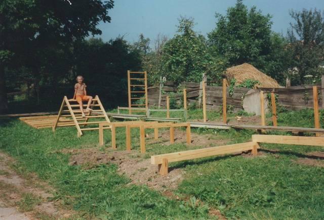 Rhone-Roumanie: Jeux de plein air en cours d'amenagement, ecole maternelle d'Apata (Brasov), financés par Rhone-Roumanie et construits par un artisan local (1997)