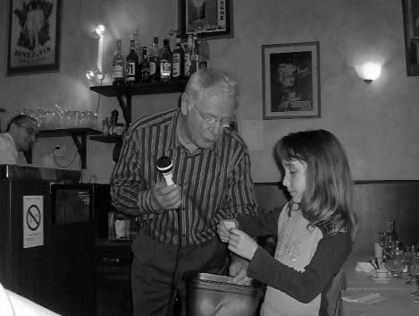 Rhone-Roumanie:  Le tirage de la tombola, avec à la clé un aller-retour Lyon Bucarest en avion, offert par Echange Roumanie. J.-C. Ferré et des mains innocentes
