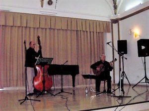 Jean-Claude Ferre chante Brassens accompagné d'un contrebassiste roumain