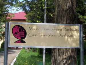 Panneau installé devant la  maison culturelle francophone de Dambovita